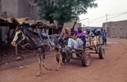 Hundreds of villagers come to traditional Monday market, Djenné city. Mali.